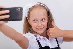 Muchacha bastante adolescente que toma selfies con ella elegante Imágenes de archivo libres de regalías