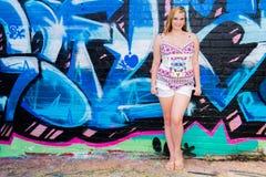 Muchacha bastante adolescente y pared azul de la pintada Imágenes de archivo libres de regalías
