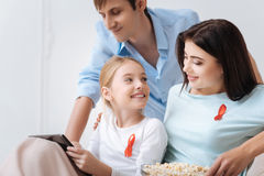 Muchacha bastante alegre que sostiene una tableta Imagen de archivo libre de regalías