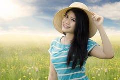 Muchacha bastante asiática con el sombrero en naturaleza Imagenes de archivo
