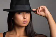 Muchacha bastante asiática de los jóvenes en un sombrero negro Foto de archivo