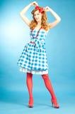 Muchacha bastante atractiva de Pin Up del pelirrojo en vestido a cuadros. Fotos de archivo libres de regalías