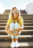 Muchacha bastante atractiva del retrato de la moda del verano en la presentación de las gafas de sol Imagenes de archivo