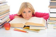 muchacha bastante cansada del estudiante con las porciones de libros Imagenes de archivo