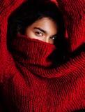 Muchacha bastante india en la presentación roja del suéter emocional, inconformista adolescente, concepto del mulato de los jóven Imagen de archivo libre de regalías