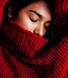 Muchacha bastante india en la presentación roja del suéter emocional, inconformista adolescente, concepto del mulato de los jóven Foto de archivo