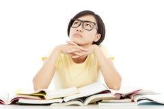 Muchacha bastante joven del estudiante que piensa con el libro Imágenes de archivo libres de regalías