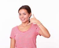 Muchacha bastante latina con gesto de la llamada Fotografía de archivo libre de regalías