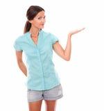 Muchacha bastante latina en la camisa azul que detiene la palma Foto de archivo