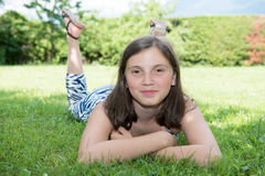 Muchacha bastante pre adolescente que miente en hierba Imagen de archivo