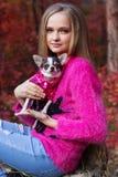 Muchacha bastante rubia con la chihuahua al aire libre Fotos de archivo