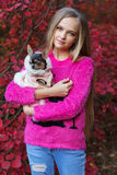 Muchacha bastante rubia con la chihuahua en la naturaleza Foto de archivo