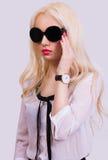 Muchacha bastante rubia con las gafas de sol Imagen de archivo
