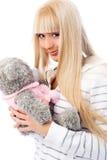 Muchacha bastante rubia con un oso de peluche Fotografía de archivo
