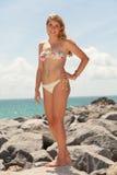 Muchacha bastante rubia en la playa Imagen de archivo libre de regalías