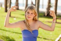 Muchacha bastante rubia en una actitud de la yoga Imágenes de archivo libres de regalías