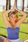 Muchacha bastante rubia en una actitud de la yoga Foto de archivo libre de regalías