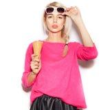 Muchacha bastante rubia que come el helado Fotografía de archivo