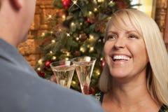 Muchacha bastante rubia que socializa con Champagne Glass At Christmas Party Imagen de archivo