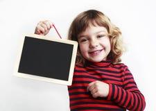 Muchacha que sostiene la pizarra en blanco Fotos de archivo