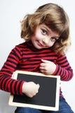 Muchacha que sostiene la pizarra en blanco Fotografía de archivo