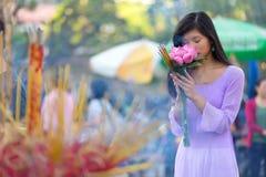 Muchacha bastante vietnamita que ruega Foto de archivo libre de regalías