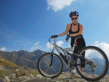 Muchacha, bici, montañas Imágenes de archivo libres de regalías