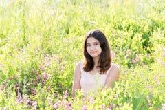 Muchacha bien arreglada modesta en prado de la flor del verano Fotos de archivo