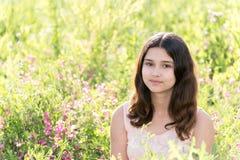Muchacha bien arreglada modesta en prado de la flor del verano Foto de archivo libre de regalías