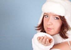 Muchacha blanca de Navidad que envía un beso Foto de archivo libre de regalías