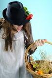 Muchacha blanca que busca las decoraciones de pascua Fotografía de archivo