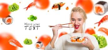 muchacha Blanco-cabelluda que come el sushi con palillos Imagenes de archivo