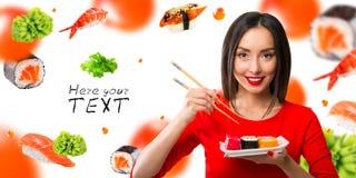 muchacha Blanco-cabelluda que come el sushi con palillos Fotografía de archivo