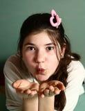 Muchacha bonita adolescente con el hairclipse rosado del corazón Foto de archivo