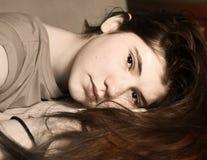 Muchacha bonita adolescente con el pelo largo marrón Fotos de archivo libres de regalías