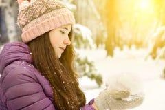 Muchacha bonita adolescente en chaqueta del amanecer del invierno en parque Foto de archivo libre de regalías