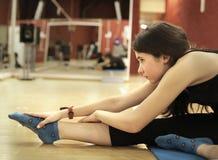 Muchacha bonita adolescente que estira en cierre del gimnasio encima de la foto Foto de archivo libre de regalías