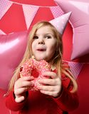 Muchacha bonita adorable con los globos rosados y regalo del rojo el actuales y casquillo del cumpleaños Imágenes de archivo libres de regalías