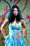 Muchacha bonita atractiva en alineada azul Imágenes de archivo libres de regalías