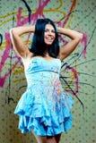 Muchacha bonita atractiva en alineada azul Foto de archivo