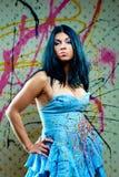 Muchacha bonita atractiva en alineada azul Imagen de archivo libre de regalías
