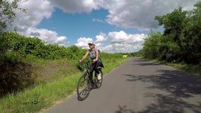 Muchacha bonita biking en rastro de la bici de Balaton cerca del lago Balatón de Hungría metrajes