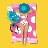 Muchacha bonita bronceada que miente en la playa en el traje de baño blanco ilustración del vector