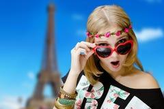 Muchacha bonita chocada en gafas de sol en forma de corazón Foto de archivo libre de regalías