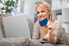 Muchacha bonita con de la tarjeta de crédito Fotografía de archivo