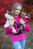 Muchacha bonita con dos perros de la chihuahua en la naturaleza Fotografía de archivo