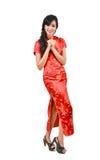 Muchacha bonita con el cheongsam que le desea un Año Nuevo chino feliz Fotografía de archivo