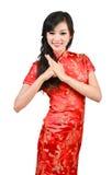 Muchacha bonita con el cheongsam que le desea un Año Nuevo chino feliz Fotos de archivo libres de regalías