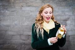 Muchacha bonita con el despertador de oro Fotos de archivo