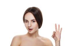 Muchacha bonita con el gesto natural OKEY de la demostración del maquillaje Balneario hermoso Imágenes de archivo libres de regalías